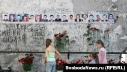 Беслан, мемориал у школы, захваченной террористами в 2004 году, 1 сентября 2011