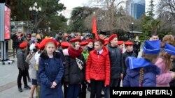 Дети прошли маршем по набережной Ялты