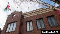 Флаг Организации освобождения Палестины над зданием палестинского представительства в Вашингтоне (архив).