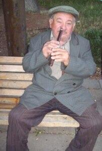 A flutist plays Stalin's favorite songs (RFE/RL)