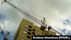 Кран на территории строящегося жилого дома в Астане.