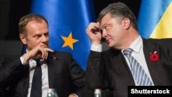 Donald Tusk (solda) Ukrayna prezidenti Petro Poroshenko ilə