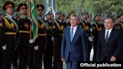 Алмазбек Атамбаев и Шавкат Мирзияев во время встречи 5 октября 2017 года.