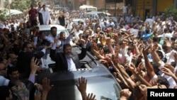 """Ýekşenbe güni geçiriljek saýlawlarda Şafige bäsdeş boljak """"Musulman doganlygy"""" hereketiniň dalaşgäri Muhammet Morsi Juma namazyndan soň köpçüligiň öňüne çykdy, Kair, 15-nji iýun."""