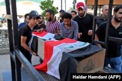 Похороны жертв столкновений с полицией в городе Ан-Наджаф. 4 октября 2019 года