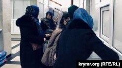Дружини фігурантів «справи Хізб ут-Тахрір» подають скарги до канцелярії суду. Сімферополь, 8 грудня 2017 року