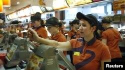 McDonalds хезмәткәрләре кыска җиңле күлмәк һәм кепка кия