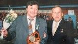 На фото, которое хранится в архиве семьи, Сергей Карпов (слева) вместе с экс-губернатором Ульяновской области Владимиром Шамановым (сейчас Шаманов — депутат Госдумы от Ульяновской области)