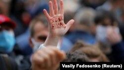 """""""Да здравствует Беларусь"""" – надпись на ладони демонстранта в Минске (архив, 31 мая 2020 года)"""