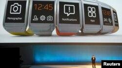 """Samsung вәкиле Берлин күргәзмәсендә Samsung Galaxy Gear """"акыллы"""" сәгатьләрен тәкъдим итә"""