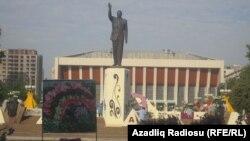 Ադրբեջան, Բաքու - Հեյդար Ալիևի հուշարձանը «Ծաղիկների տոնին»՝ մայիսի 10-ին, արխիվ
