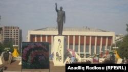 Ադրբեջան - Հեյդար Ալիևի հուշարձանը Բաքվում, արխիվ