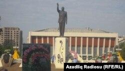 Статуя Гейдару Алиеву в Азербайджане. 10 мая 2012 года.