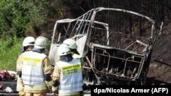 Autocarul distrus de incendiu