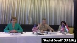 Чиновники из военного ведомства США в ходе пресс-конференции в Таджикистане. Душанбе, 23 сентября 2015 года.