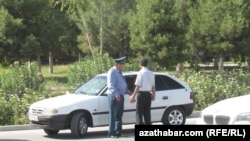 Полицейским в Туркменистане велели до 25 декабря похудеть, сказав, что вес сотрудника не должен превышать 100 килограммов.