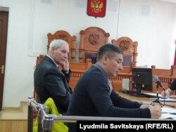 Геннадий Шпаковский и адвокат Арли Чимиров в зале суда