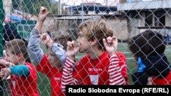 Djeca posmatraju fudbalsku utakmicu