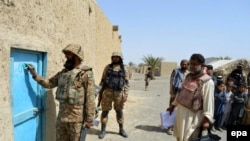 پاکستانی عسکر د کور شمېرنې پر مهال