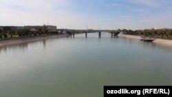 Канал в одном из городов Узбекистана.