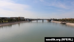 Шаватский канал, протекающий через центр города Ургенч в Хорезмской области.
