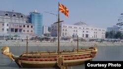 Град Скопје, по Одлуката донесена од Советот, спроведе јавен повик за доделување на право и издавање на одобрение за поставување на урбана опрема за вршење на угостителска дејност на Кејот на реката Вардар.