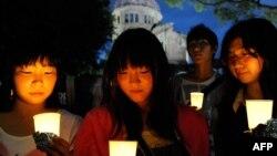 Жапондықтар атом бомбасынан құрбан болғандарды еске алып тұр. Хиросима, 5 тамыз 2010 жыл.