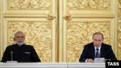 Ҳиндистон Бош вазири Моди (чапда) ва Россия президенти Путин. Москва, 24 декабрь, 2015 йил.