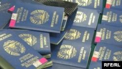 Кыргыз милиция кызматкерлери тарабынан кармалган тажикстандык жарандардын паспорттору.