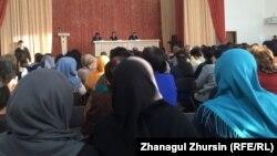 Ақтөбеде хиджаб мәселесіне қатысты жиында отырған ата-аналар. Ақтөбе, 9 қаңтар 2018 жыл (Көрнекі сурет).