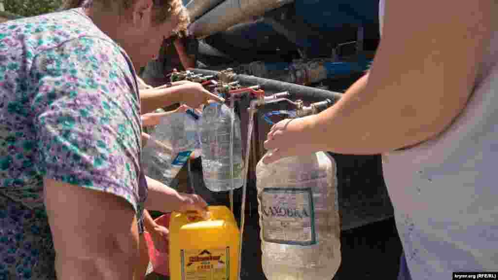 Втім, слід уточнити, що централізованого водозабезпечення тоді були позбавлені не всі жителі Богданівки, що нараховує понад 3 тисяч осіб, а тільки ті, хто живуть у багатоквартирних будинках, зокрема на вулиці Стадіонній. Воду туди доставляли водовозами чотири рази на день. Людям доводилося самостійно набирати воду у відра, пластикові пляшки та інші ємності