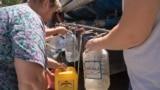 Жители села Богдановка под Симферополем набирают воду из автоцистерны, август 2020 года. Иллюстрационное фото