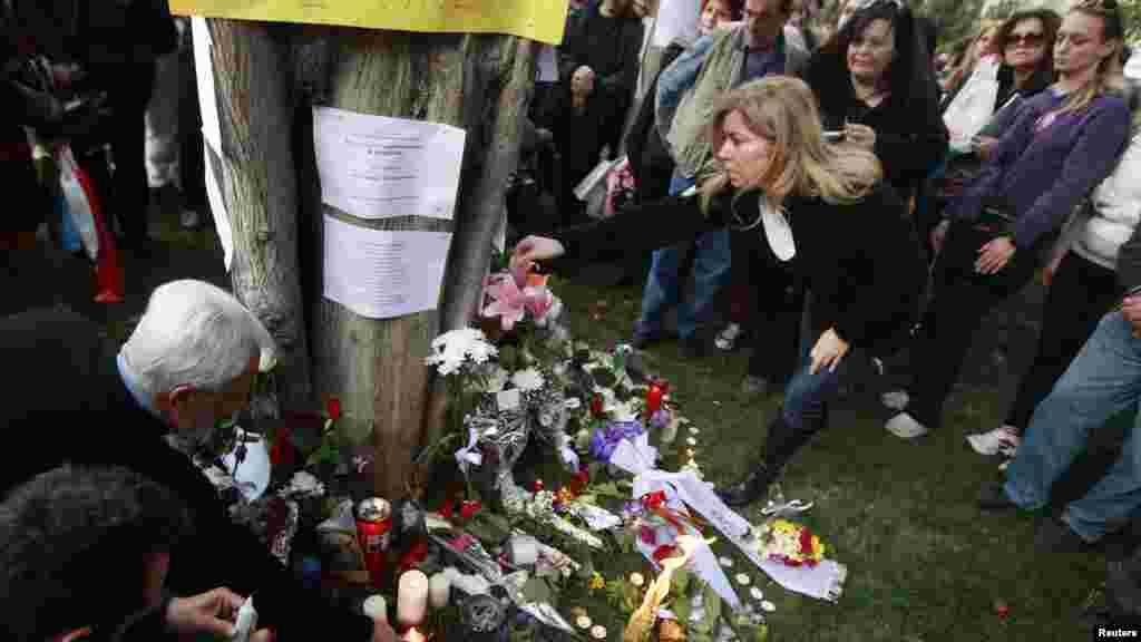 Самоубийство произошло в среду утром, позже на площади перед парламентом собрались сотни протестующих.