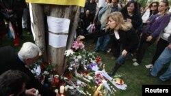 Ljudi pale svijeće i polažu cvijeće na mjestu samoubojstva