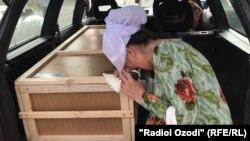 Мать Хувайды у гроба с телом дочери. Архивное фото