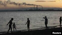 Люди, прогуливающиеся на побережье озера. Балхаш, 14 июля 2012 года. Иллюстративное фото.