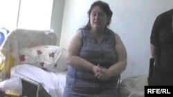 Лариса Менешева, осужденная к восьми годам тюрьмы за мошенничество с госжильем, дает показания в больничной палате. Актобе, 21 июня 2010 года.
