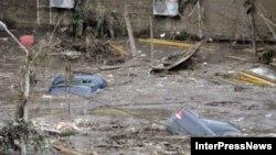 Река на своем пути смывала все подряд – гаражи, автомобили, деревья, разрушала дороги и размывала грунт под многоэтажками