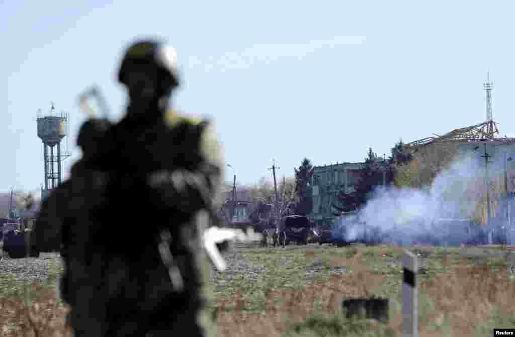 Військовослужбовці охороняють територію поряд із військовим складом, де нещодавностався вибух боєприпасів