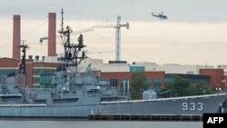 Полицейский вертолёт над военным объектом в Вашингтоне 16 сентября