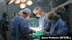 Врачи в операционной проводят операцию. Иллюстративное фото.