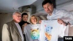 Громадяни України Юрій Солошенко і Геннадій Афанасьєв (зліва направо) на борту українського літака, 14 червня 2016 року