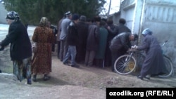 Uzbek pensioners gathered on March 13 to collect their pension payments in central Sirdarya Province.
