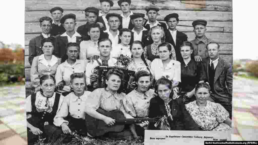Українці на спецпоселенні у Кіровській області. У центрі з баяном – волинянин Ростислав Кушнірук, його брат був в УПА, тому всю родину і вислали. Виставка діятиме до 30 листопада 2017 року