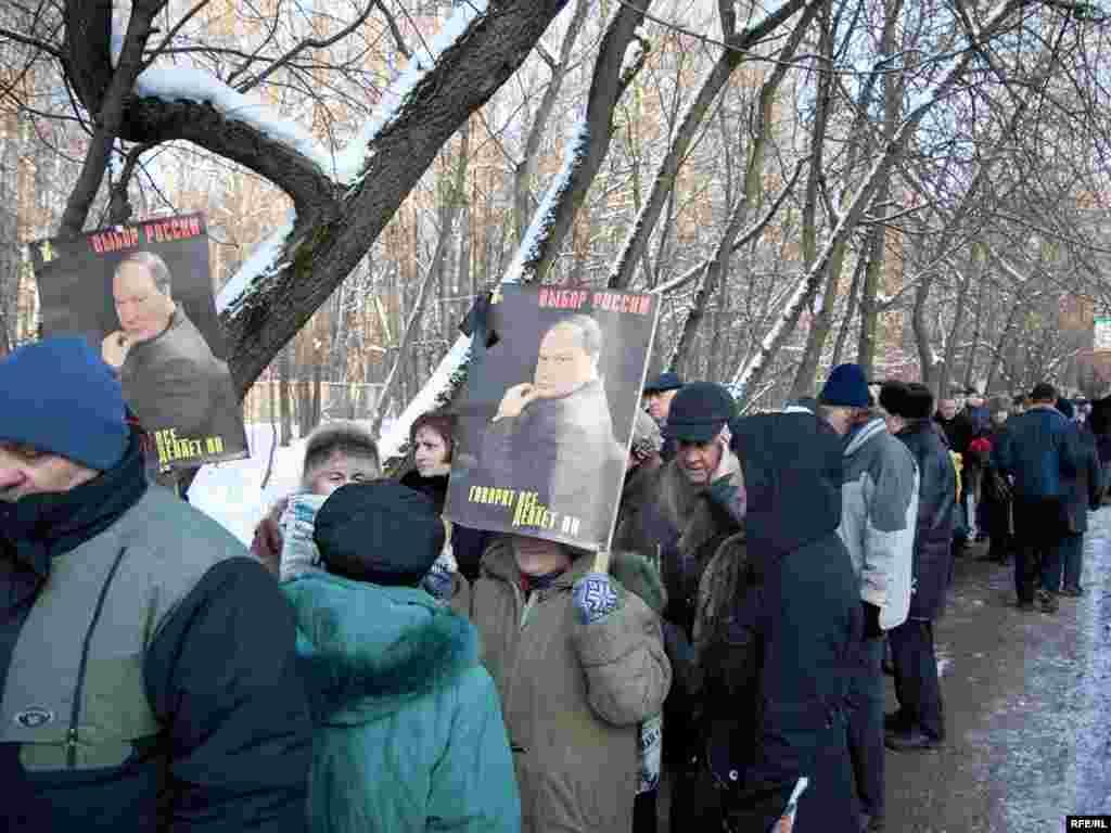 В Москве тысячи людей пришли проститься с известным российским экономистом и политиком Егором Гайдаром