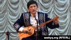 Ерлан Рысқали ән кешінде. Алматы, 31 қазан 2012 жыл.