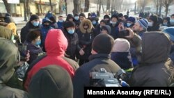Граждане вблизи площади Астана, на пересечении улицы Панфилова и Толе би. Алматы, 10 января 2021 года.
