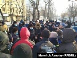 """Алматыдагы """"Астана"""" аянтынын жанында нааразылыкка чыккандарды полиция тосуп турат. 2021-жылдын 10-январы."""