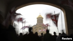По мнению некоторых грузинских экспертов, несмотря на то, что 84% населения страны – православные, церковь не может быть поставлена выше закона