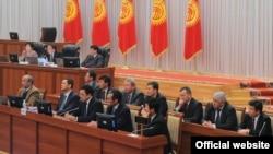 Жаңы өкмөттүн мүчөлөрү парламентте, 2011-жылдын 23-декабры.